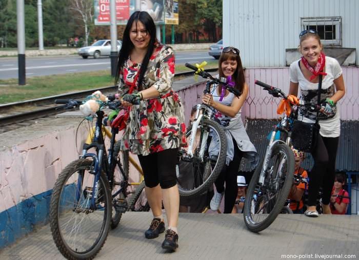 девушки с велосипедами подземный переход