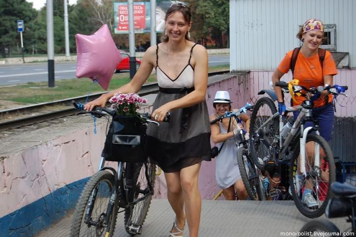 девушки с велосипедами выходят из подземного перехода