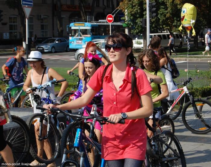 девушка в красном на велосипеде