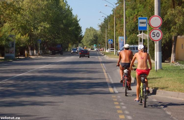 велосипедисты в купальниках