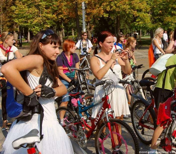 велосипедистки фотографируют