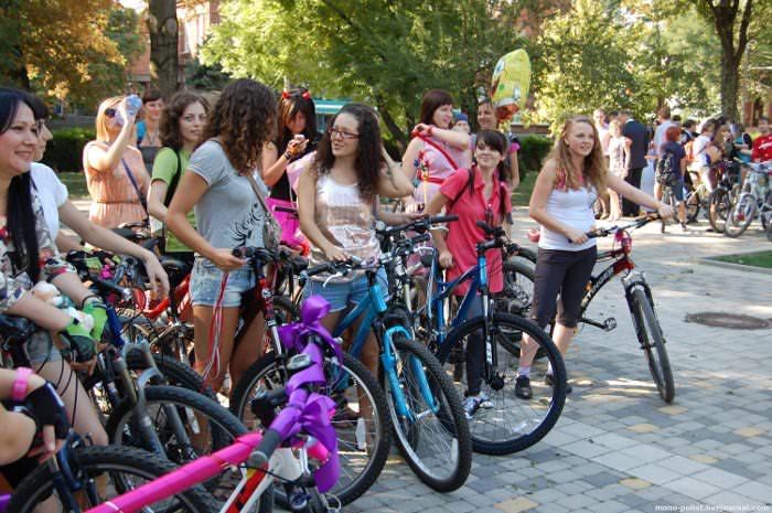 много девушек на велосипедах