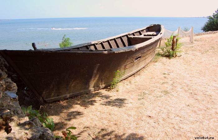 Лодка на территории дома