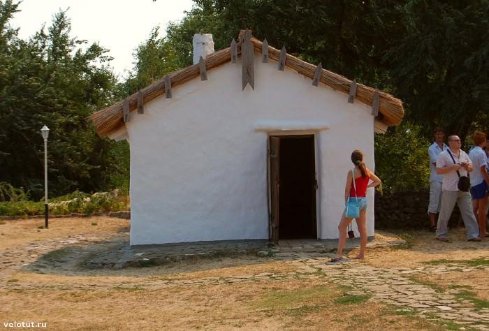 хозяйственная постройка рядом с домом