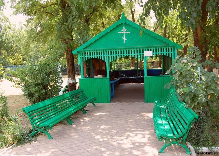 постройка на территории церкви