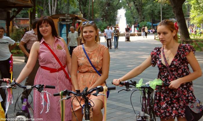 девушки в платьях на велосипедах