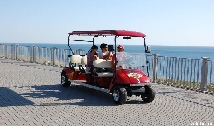 туристы на прогулочных машинках
