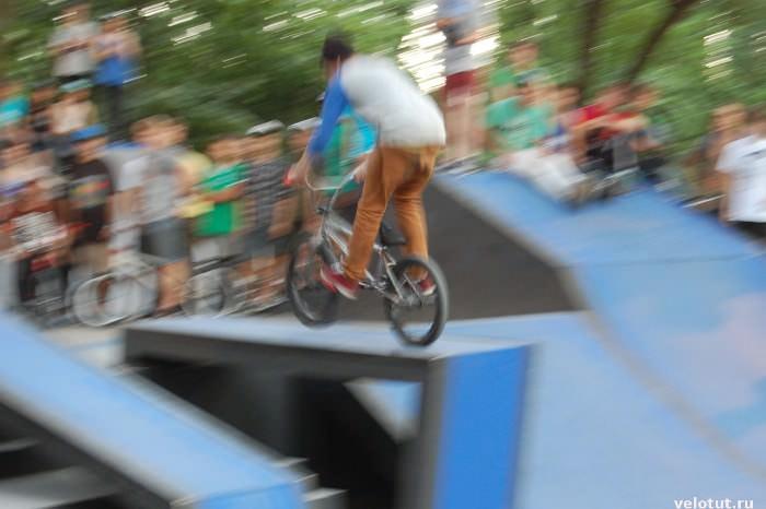 велосипедист в воздухе
