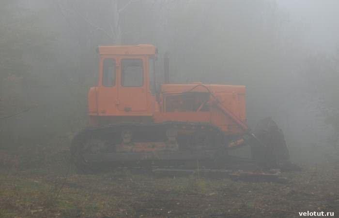 трактор в тумане