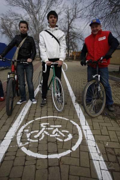 велосипедисты на велодорожке