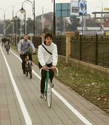 велосипедисты едут по велодорожке
