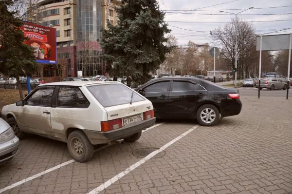 автомобили припарковались на велодорожке