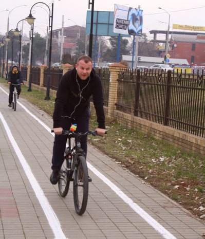 велосипедист едет на велодорожке