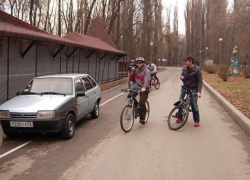 машина стоит на велодорожке
