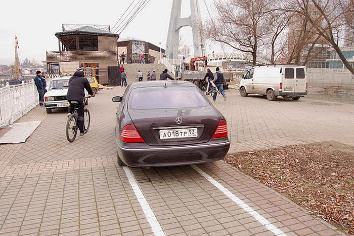 автомобиль припарковался на велодорожке