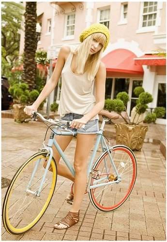 девушка на разноцветном велосипеде