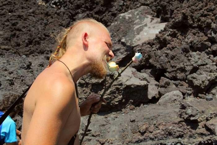 путешественник кушает жареный зефир
