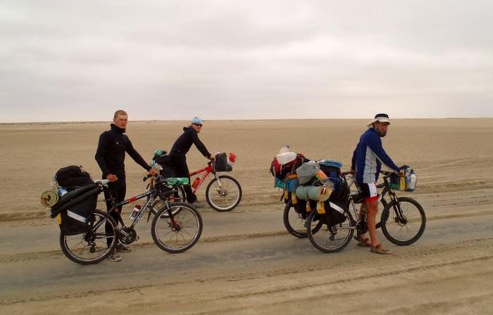 велосипедисты в пустыне в Эквадоре