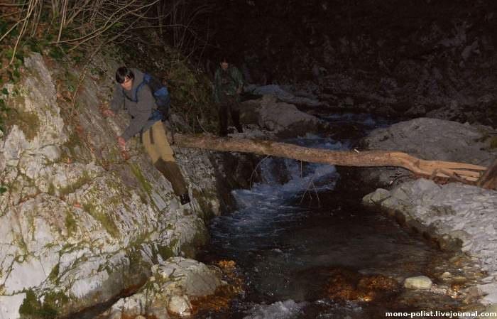 туристы ночью идут по каньону реке Бешенка