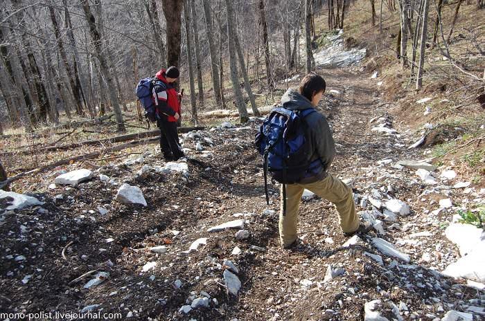 туристы спускаются с горы