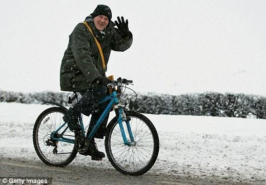 велосипедист едет по снегу
