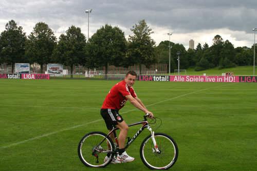 футболист на велосипеде