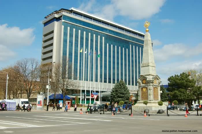 памятник 300-летию казачеству и гостиница Интурист