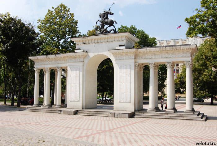 арка героев в Первомайском сквере