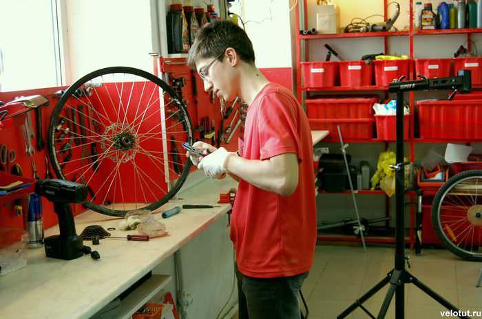 мастер ремонтирует велосипед