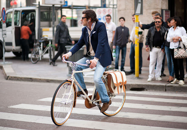 мужчина на велосипеде в Милане