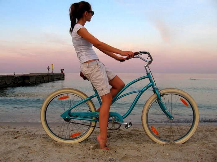 велосипедистка море