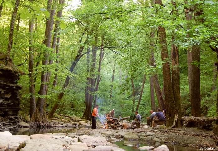 туристы делают баню на реке