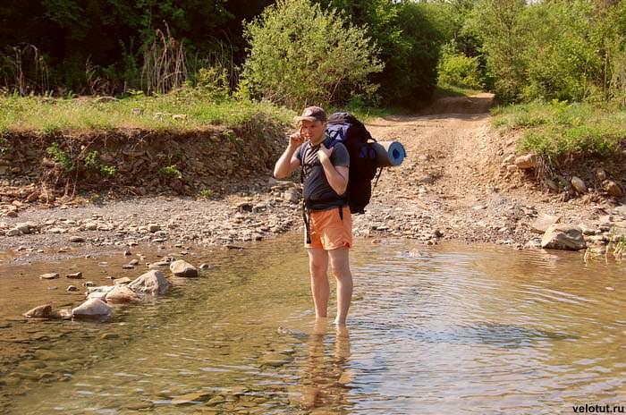 турист стоит в реке
