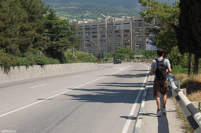 путешественник идет по трассе