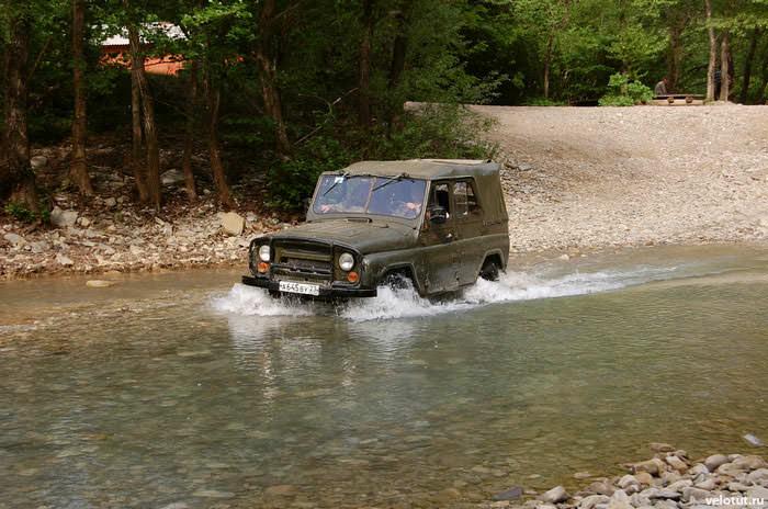 газ едет по реке