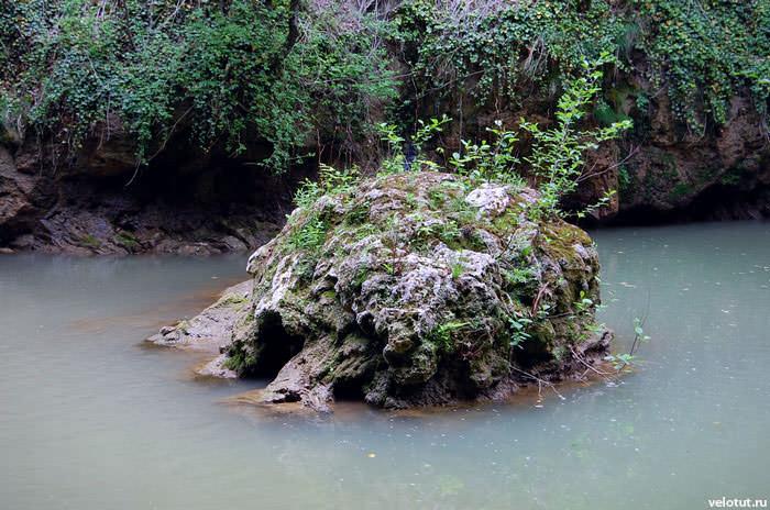 камень в лазурной воде