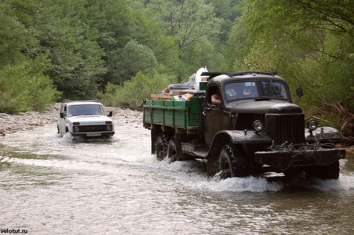 машины едут по реке