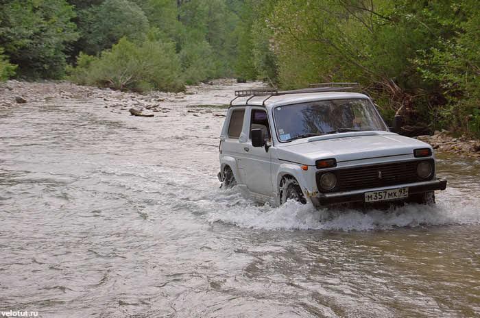 нива едет по реке