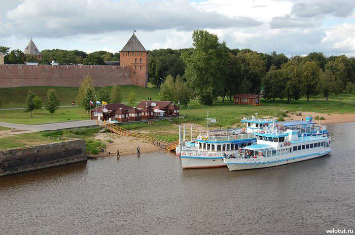40. Вид на реку Волхов.  Это единственная река, вытекающая из озера Ильмень.  А еще эта река может течь в обратную...