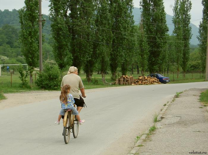 женщина с ребенком на велосипеде
