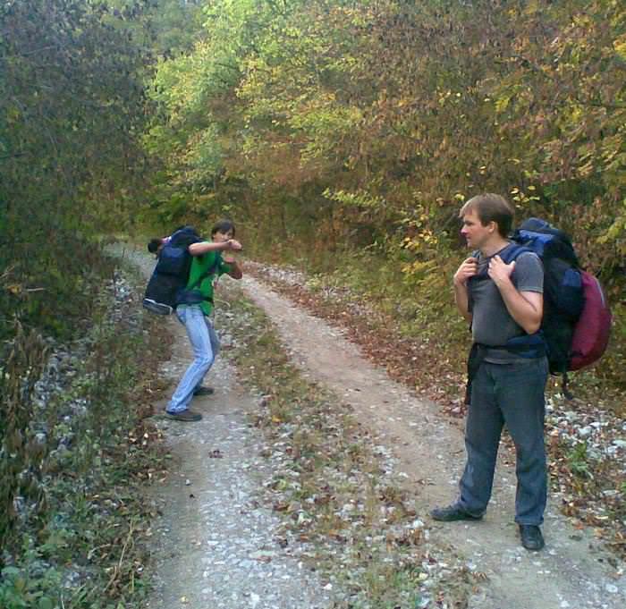туристы на дороге в черноколово
