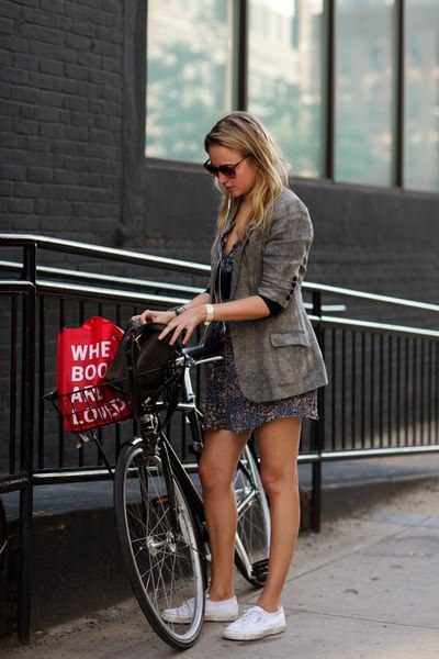 девушка велосипед