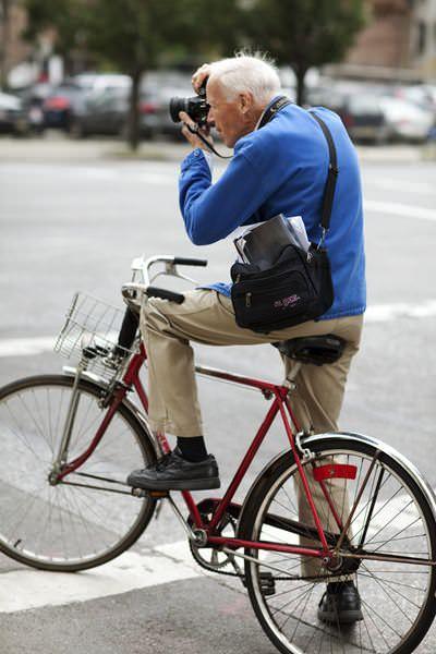 мужчина на велосипеде фотографирует