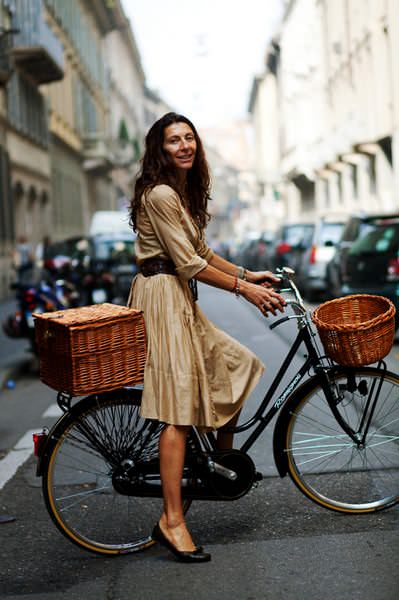 женщина на велосипеде
