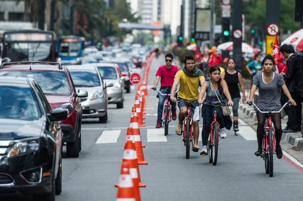 велосипедисты в городе
