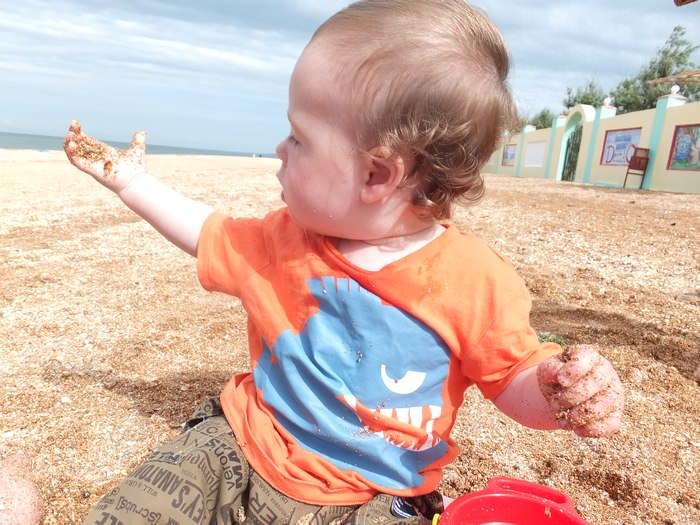ребенок в песке