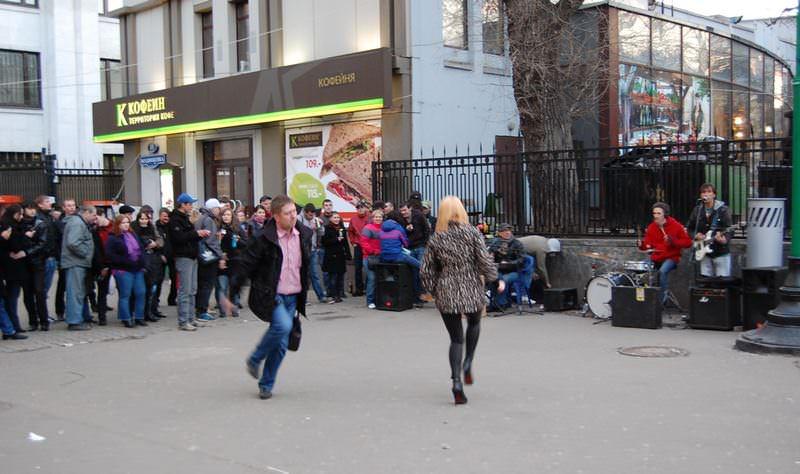 люди танцуют на улице
