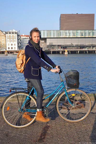 стильная девушка на велосипеде