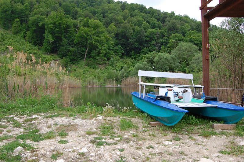 катамаран у озера
