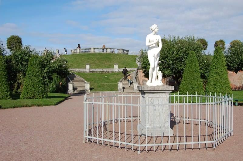 статуя в нижнем парке